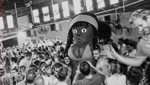 בובה ברזילאית עושה שמח