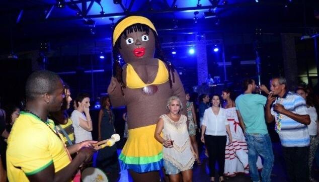 בובה ברזילאית עם מוזמנים
