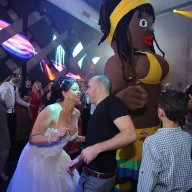 בובות ענק בחתונה בסגנון ברזילאי