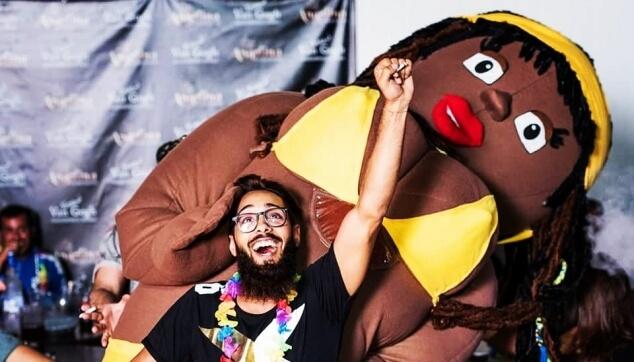 בובת ענק ברזילאית במסיבה