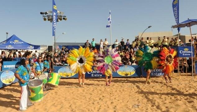 בטוקדה ורקדניות ברזילאיות עם הקורנה