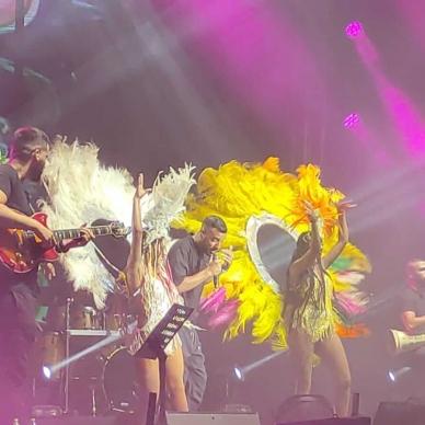 הופעה עם רקדניות בבגדים צהוב ולבן