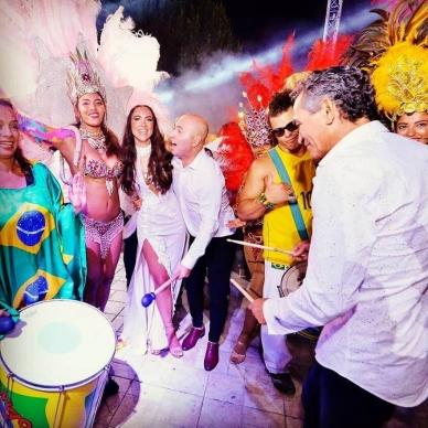 זוג מתחתן עם רקדניות מברזיל