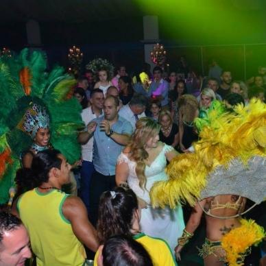 חתונה עם רקדניות במקצב ברזילאי