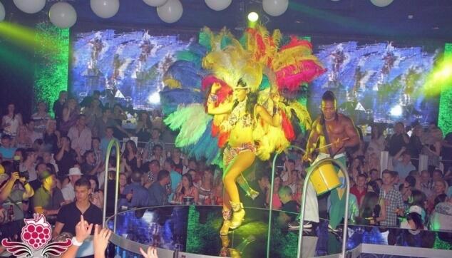 להקה ברזילאית מורנגו בהופעה במועדון