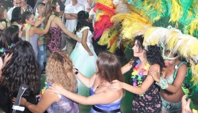 להקה רקדניות ברזילאיות בחתונה