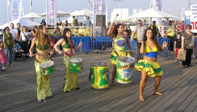 להקת מתופפות בנמל תל אביב