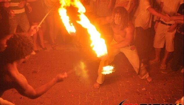 מופע אש עם רקדני קאפורה