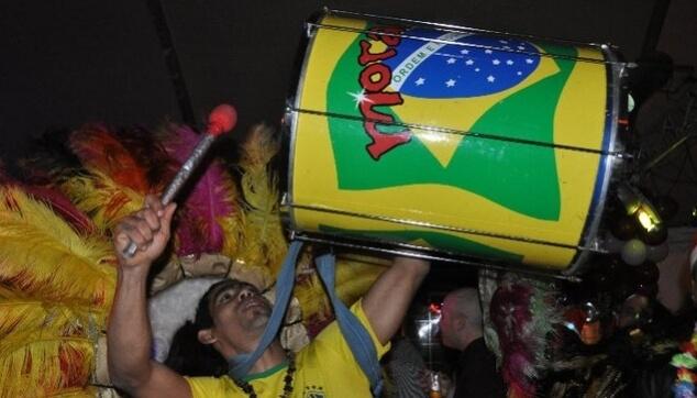 מתופף בטוקדה ברזילאי בחתונה