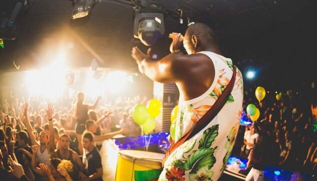מתופף ברזילאי במסיבה