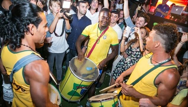 מתופפים ברזילאים במסיבה