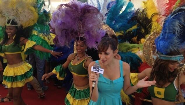 סיוון מהאח הגדול עם רקדניות ברזילאיות