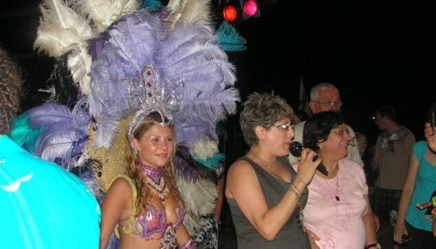 סיי היימן עם רקדנית ברזילאית