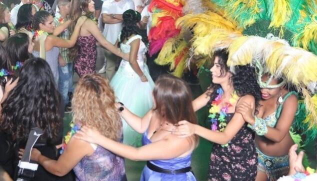 רכבת עם רקדניות ברזילאיות לחתונה