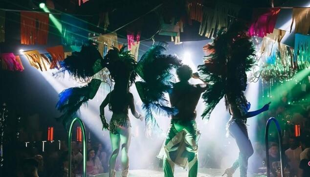 רקדניות במסיבה במועדון המלינה