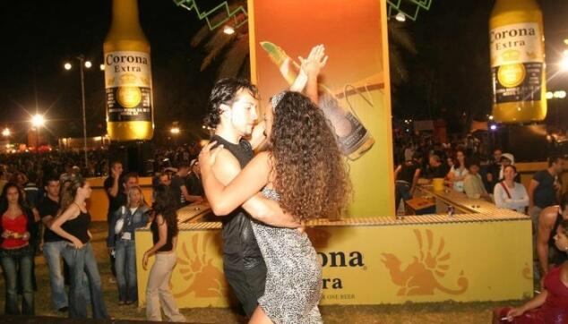 ריקוד רומנטי עם רקדנית ברזיליאית