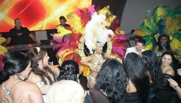 רקדניות ברזילאיות בחתונה עושות שמח