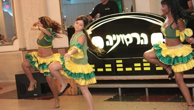 רקדניות ברזילאיות במופע עם כלת הבת מצווה