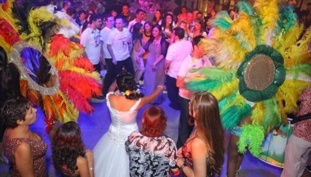 רקדניות ברזילאיות מקפיצות את הקהל
