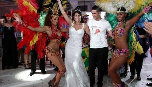 רקדניות ברזילאיות עושות שמח בחתונה