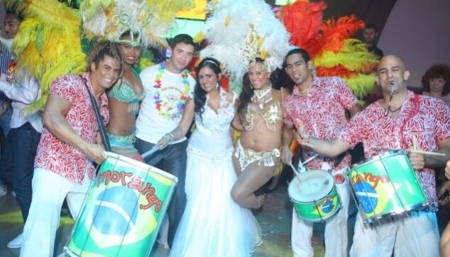 רקדניות ורקדנים בחתונה