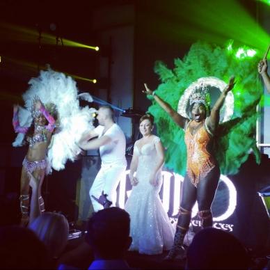 רקדניות מופיעות בחתונה במקצב ברזילאי