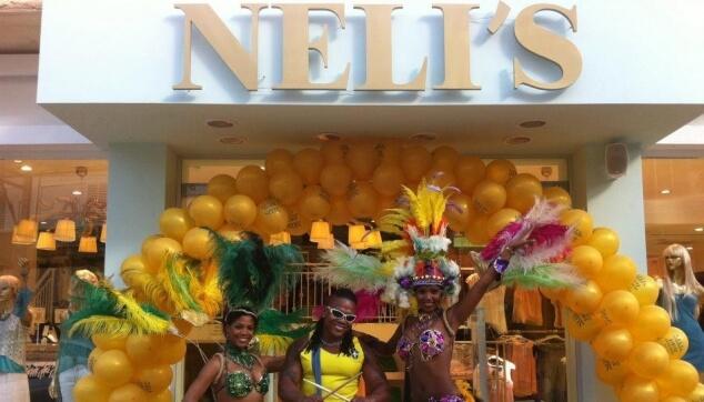 רקדנים ברזילאים בפתיחת חנות אופנה