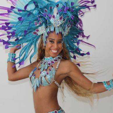 רקדנית בלבוש ברזילאי אותנטי