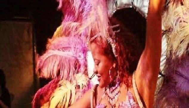 רקדנית ברזילאית בהופעה