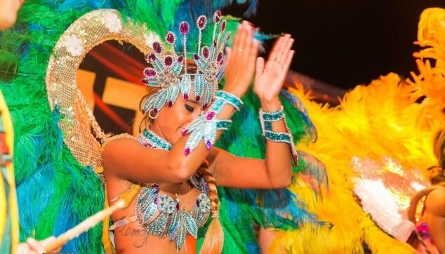 רקדנית ברזילאית במסיבה במועדון הפורום