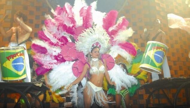 רקדנית ברזילאית במסיבה