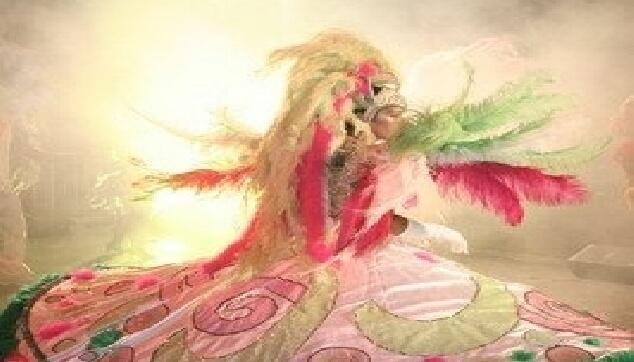 רקדנית ברזילאית בתלבושת אבריאלס