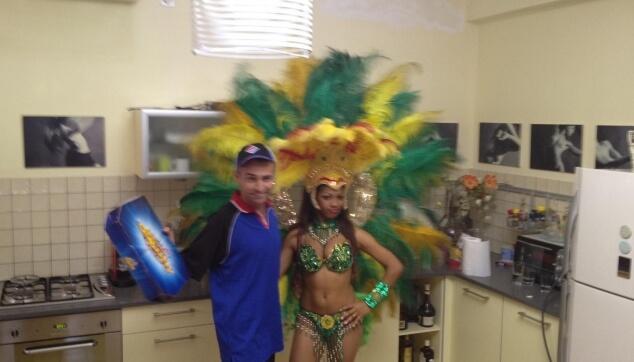 רקדנית ברזילאית ומאור כהן בפרסומת