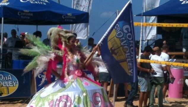רקדנית ברזילאית על החוף