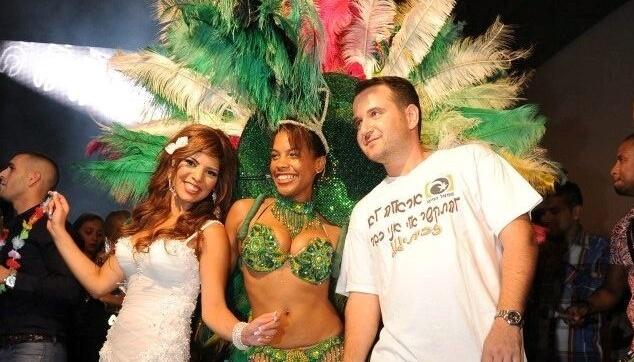 רקדנית ברזילאית עם החתן והכלה