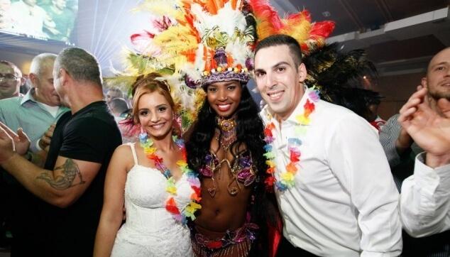 רקדנית ברזילאית עם הכלה והחתן