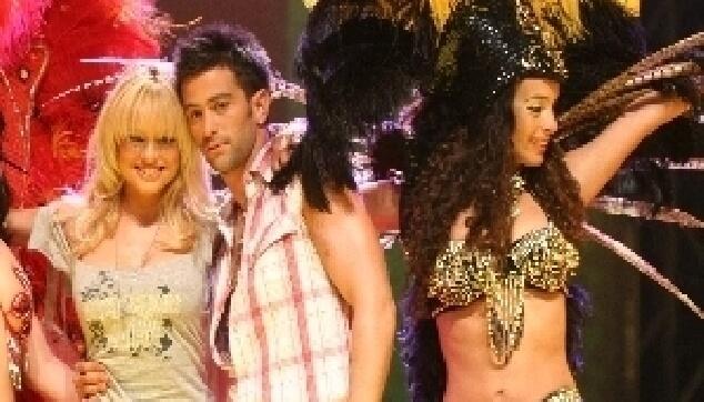 רקדנית ברזילאית עם יהודה לוי ויעל בר זוהר