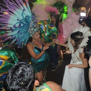 רקדנית ברזילאית עם כלה
