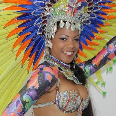 רקדנית ברזילאית צבעונית לאירוע