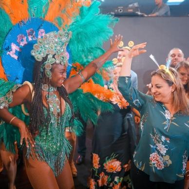 רקדנית מורנגו ברזיל מקפיצה את האירוע