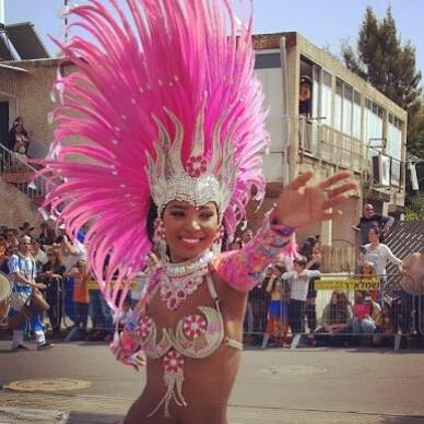 רקדנית מורנגו עם נוצות ורודות