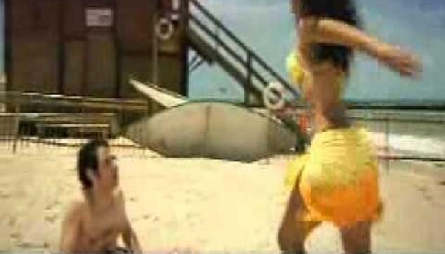 רקדנית ברזילאית בפרסומת לעלית